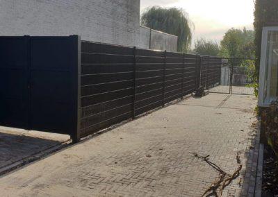 3-vlaks dichte platen poort icm DSM hekwerk voorzien van winddoek.