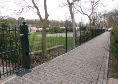 Dubbel staafmat hekwerk groen bevestigd aan poortpaal
