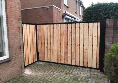 Dubbele Douglas poort in een hoek gemonteerd.