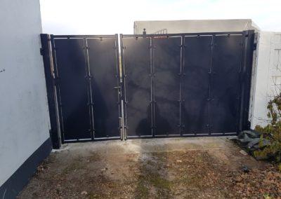 Dubbele draaipoort ongelijke verdeling met verticale dichte platen achteraanzicht 1