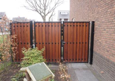 Dubbele poort met houtvulling en passtuk