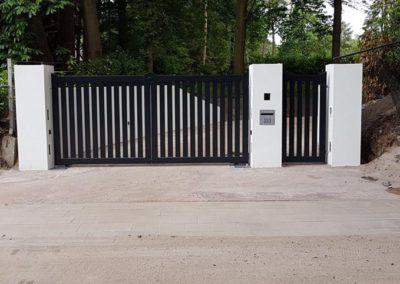 Dubbele spijlenpoort met brede spijl tussen kolommen met enkele poort 1