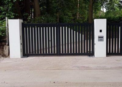 Dubbele spijlenpoort met brede spijl tussen kolommen met enkele poort 2