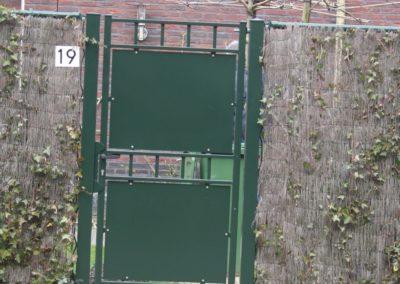 Enkele draaipoort met dichte platen groen met spijlen