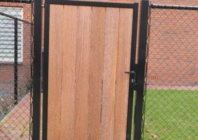Enkele draaipoort met hout aan een zijde bekleed minimale afstand