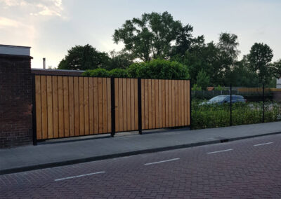 Enkele poort met houtvulling met 2 passtukken