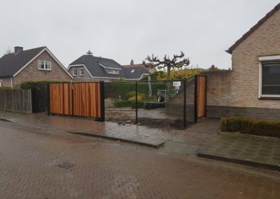Gaashekwerk met houten poorten