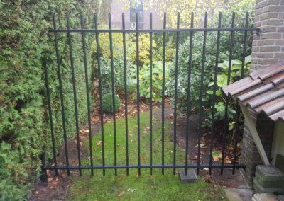 Spijlen hek bevestigd aan muur